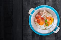 热的平底锅怂恿食谱-在黑色的早餐泰国样式 免版税库存图片