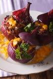 热的开胃菜:与肉末和切达乳酪clos的被烘烤的红洋葱 库存图片