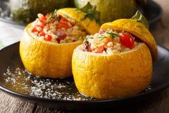 热的开胃菜:被烘烤的夏南瓜用碾碎干小麦、肉、乳酪和vege 库存图片