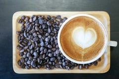 热的拿铁咖啡顶视图用咖啡豆 免版税图库摄影