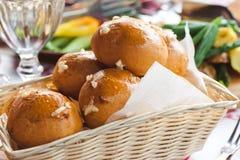 热的新鲜的被烘烤的小圆面包篮子  库存照片