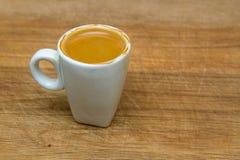 热的杯子在木背景的浓咖啡 免版税库存照片