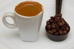 热的杯子在白色背景的浓咖啡 库存图片