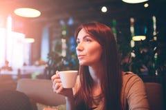热的杯子茶用妇女手 在restaurnt的美丽的女性杯子咖啡 红色头发女孩 免版税库存图片