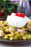 热的沙拉用土豆,火腿,豌豆,蘑菇,荷包蛋 免版税库存照片