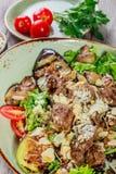 热的沙拉用小牛肉,蘑菇,沙拉离开,茄子,夏南瓜,蕃茄, 免版税库存图片