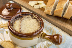 热的法国葱汤用熔化瑞士格里尔干奶酪 图库摄影