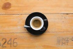 热的浓咖啡在木桌背景中 免版税库存照片