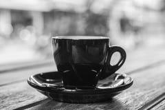 热的浓咖啡在黑白的木桌背景中 热的co 图库摄影