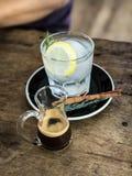 热的浓咖啡射击和柠檬苏打 免版税库存图片