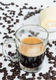 热的浓咖啡射击和松纸卷蛋糕 免版税图库摄影