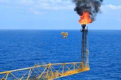 热的火光景气和火在近海生产平台 库存照片
