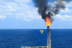 热的火光景气和火在近海生产平台 免版税库存照片