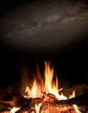 热的火在夜空下 库存图片