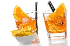 热的炸玉米饼在两块玻璃前面切削喷开胃酒与橙色切片和冰块的aperol鸡尾酒 库存照片