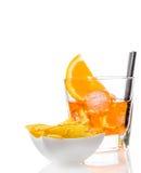 热的炸玉米饼在玻璃前面切削喷开胃酒与橙色切片和冰块的aperol鸡尾酒 库存图片