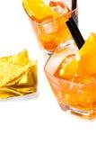 热的炸玉米饼看法上面在两块玻璃前面切削喷开胃酒与橙色切片和冰块的aperol鸡尾酒 图库摄影
