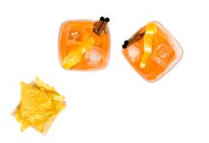 热的炸玉米饼看法上面在两块玻璃附近切削喷开胃酒与橙色切片和冰块的aperol鸡尾酒 免版税库存照片