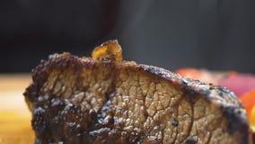 热的烤牛肉BBQ牛排Striploin,菜沙拉和调味汁在切板特写镜头 股票录像
