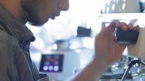 热的热奶咖啡的Barista通入蒸汽的牛奶 股票录像