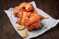 热的熏制鲑鱼内圆角在被弄皱的纸滚动 免版税库存图片