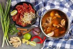 热的牛肉骨头和肉汤 免版税库存图片
