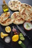 热的皮塔饼面包和tzatziki调味汁 库存图片
