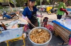 热的盘用虾为街道市场的饥饿的访客与快餐法院的烹调了 免版税库存照片