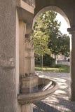 热的矿泉水春天和历史大厦在温泉海岛上 库存照片
