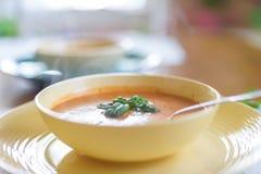 热的碗汤在一冷的天 免版税库存照片