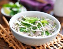 热的碗pho用牛肉和米线 库存照片