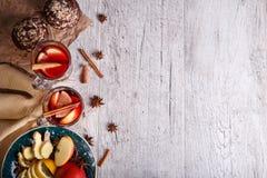 热的红色茶用果子和巧克力松饼在桌背景 健康早餐拷贝空间 图库摄影
