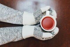 热的红色被仔细考虑的酒在手上 库存图片