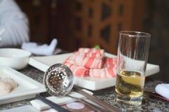 热的罐和啤酒的肉 免版税图库摄影