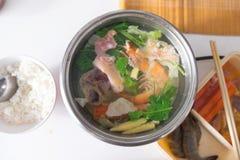热的罐汤服务以成份品种  图库摄影