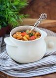 热的罐被炖的菜和肉用西红柿酱 免版税库存图片
