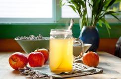 热的苹果汁醋和蜂蜜饮料 库存照片