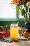 热的苹果汁醋和蜂蜜饮料 免版税图库摄影
