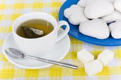 热的茶、糖立方体和姜饼曲奇饼 库存照片