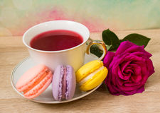 热的茶、色的蛋糕和桃红色花 免版税库存图片