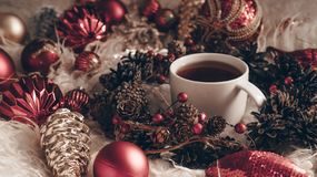 热的茶和圣诞节玩具在自然温暖的羊皮温暖的背景  新年2019年构成圣诞节欢乐静物画 免版税图库摄影