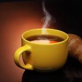 热的茶和新月形面包 免版税库存图片