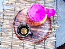 热的茶和茶罐被安置了在一张竹席子,不在桌作为背景 库存图片