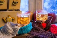 热的茶在两的一个冬天晚上 库存图片