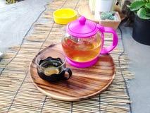 热的茶在桌上的竹席子部署作为背景 库存照片