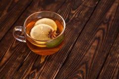 热的茶用在一张木桌上的香料 免版税库存图片