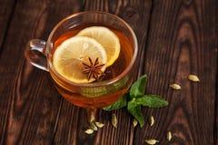 热的茶用在一张木桌上的香料 免版税库存照片