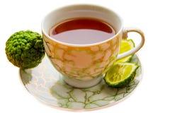 热的茶用在白色背景的香柠檬在寒冷 库存图片