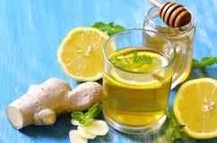 热的茶用姜、柠檬、蜂蜜和薄菏 免版税图库摄影