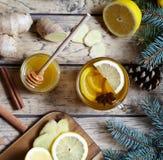 热的茶用柠檬、蜂蜜、姜和茴香 健康饮料 冬天饮料概念 免版税库存图片